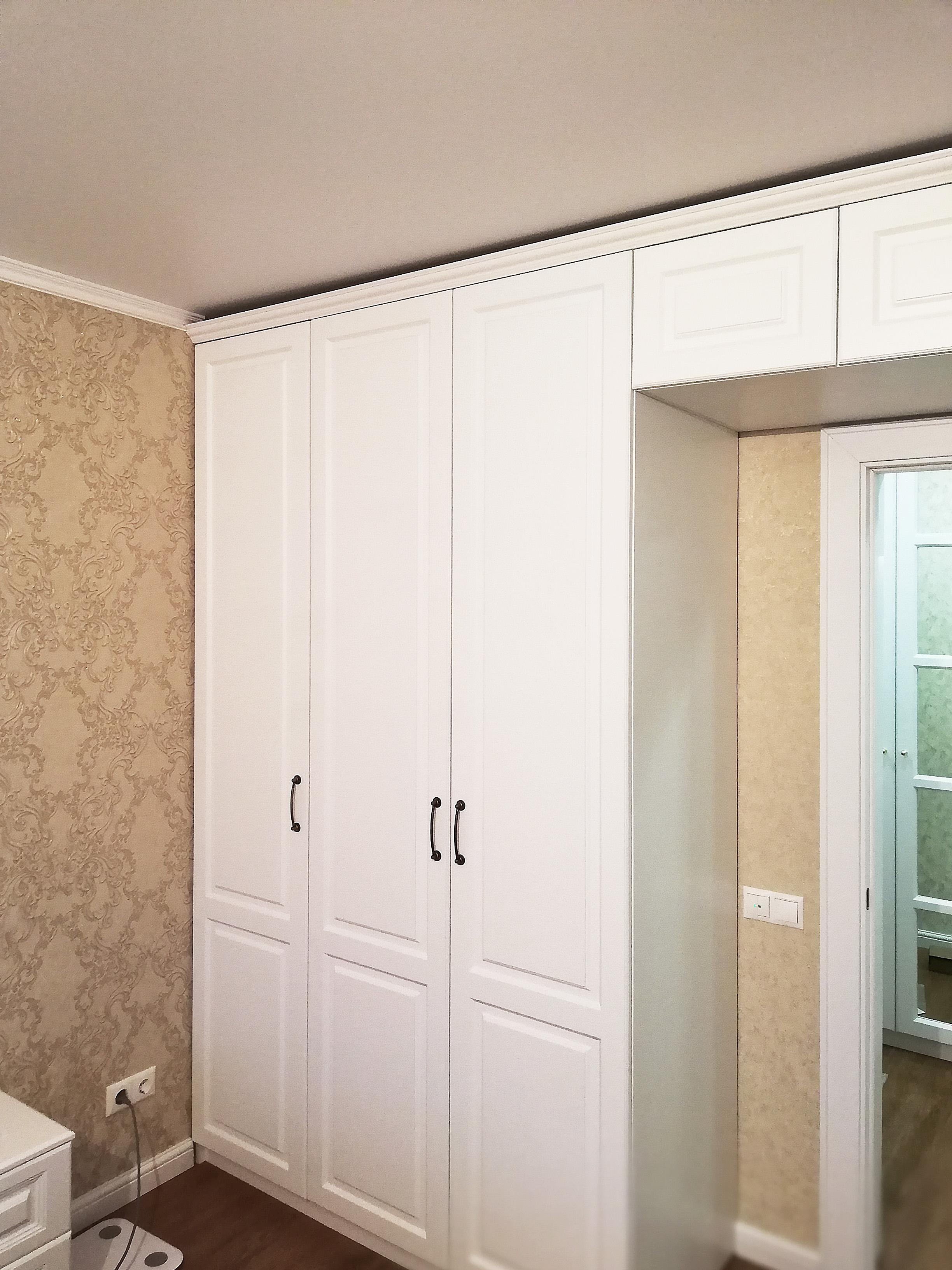 шкаф вокруг дверного проема фото котором дети