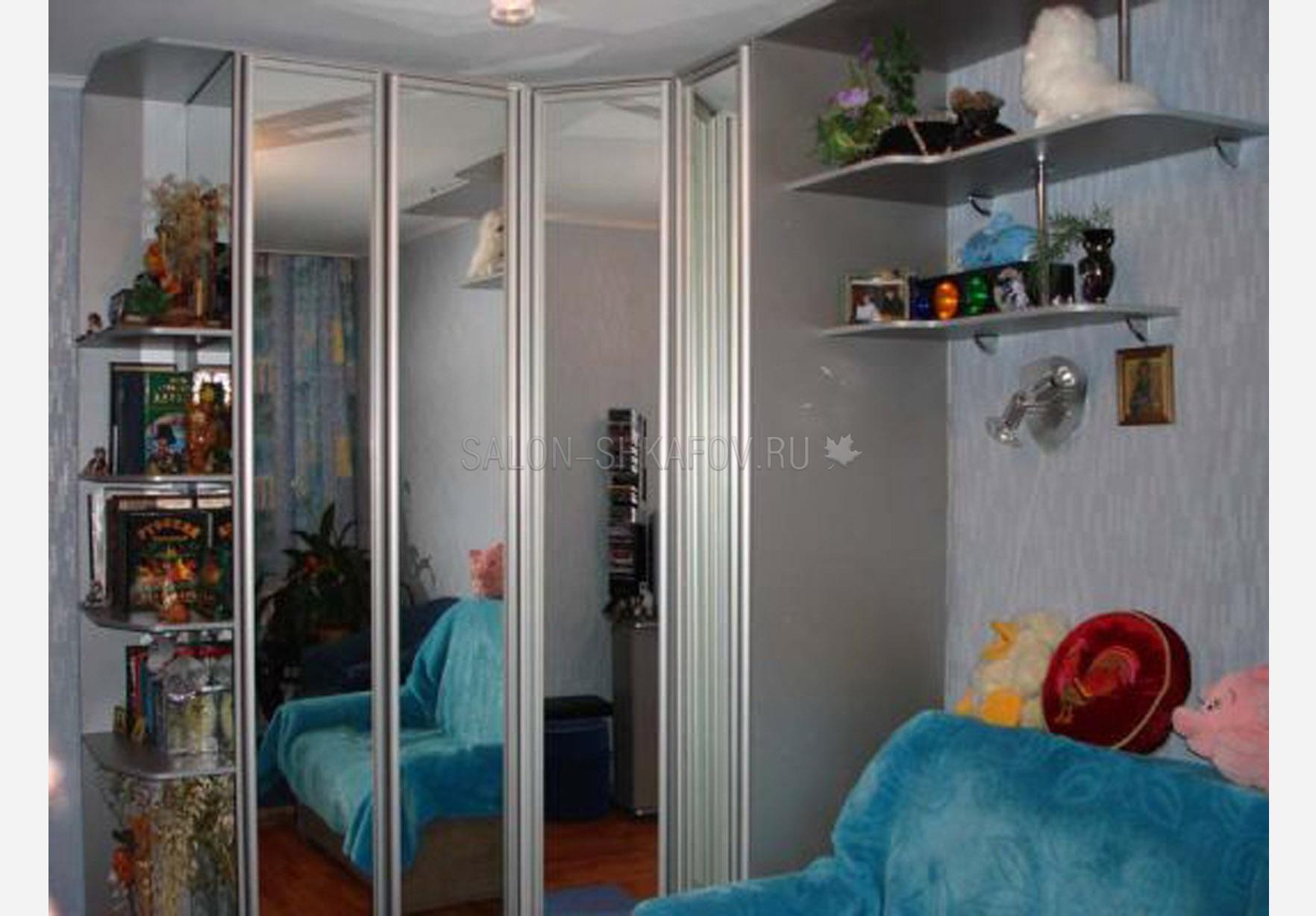 Угловой шкаф с распашными дверями.